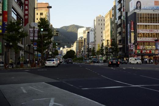 三ノ宮駅前から六甲山を望む
