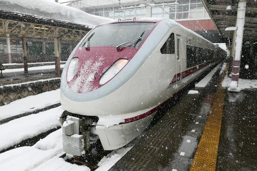 大雪の越後湯沢駅にて発車待ちの特急はくたか