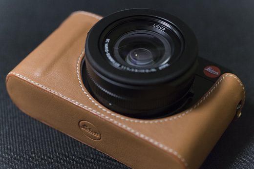 Camera protector D-Lux, leather cognacをD-LUXに装着