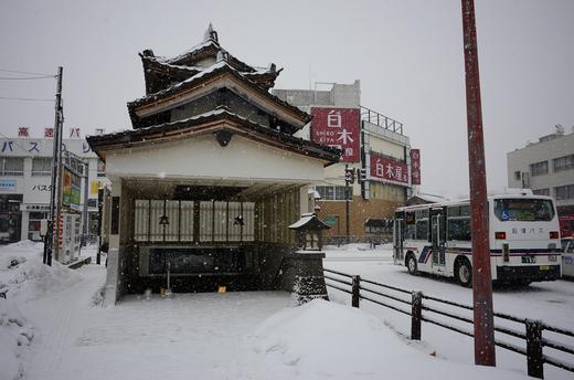 雪の会津若松駅前