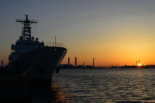 横浜港で夜明けを迎えるあきつしま