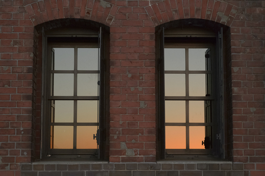 朝焼けを写し出す横浜赤レンガ倉庫