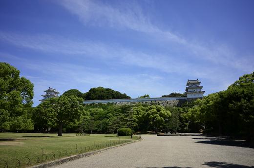 明石公園正面より入って明石城を望む