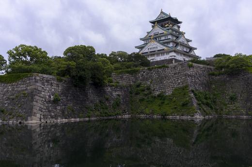 内堀の外から大阪城を見る