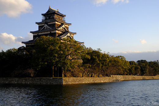 夕陽を浴びる広島城
