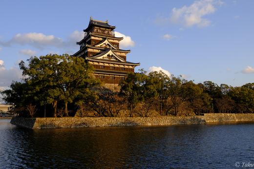 夕陽に映える広島城