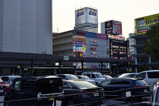 広島駅前にて