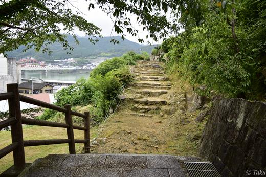 古城本来の階段が現われる